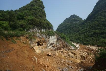山洞位於雲石石場內,洞口位於左邊接近山頂。