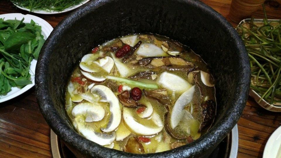 野生菌土鍋 — 有齊數十種菌 / 菇的「全菌宴」。