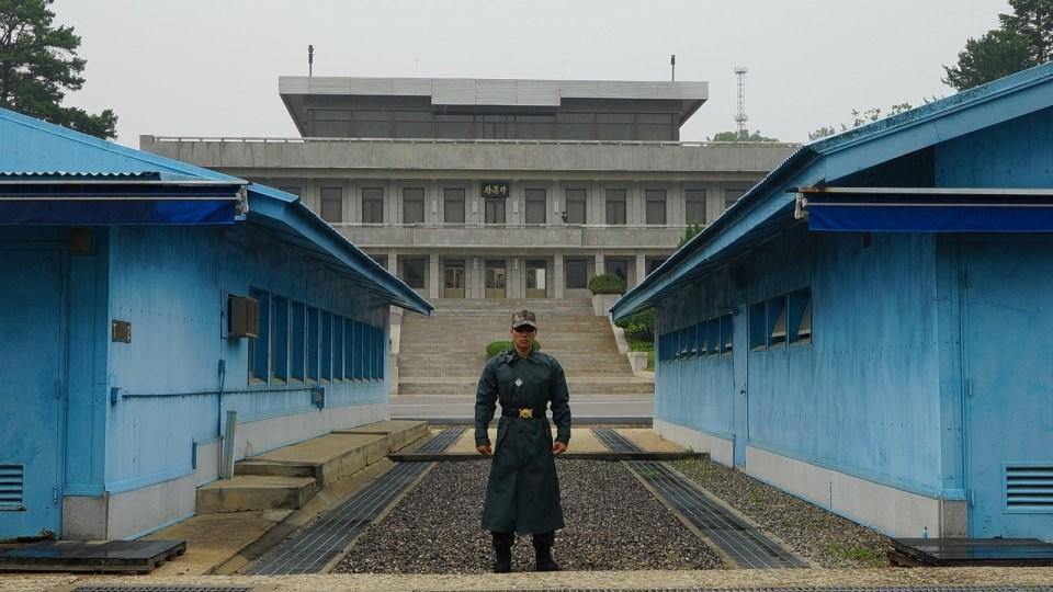 南韓士兵背後是南北韓分界線和朝鮮的板門閣。