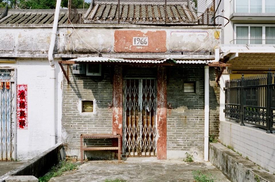 上世紀大部分新界村屋及寮屋都流行把建築年份刻在屋匾。