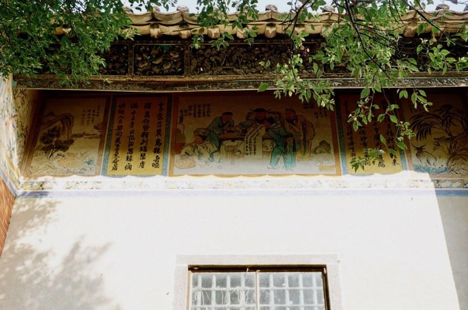 向外延伸的瓦頂替壁畫擔當遮風擋雨之用。