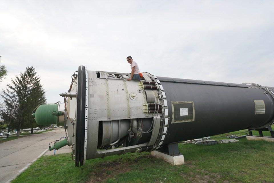 SS-18 拿不起,只好爬進去看看。內裏是燃料倉,現在沒注入燃料,空空如也。