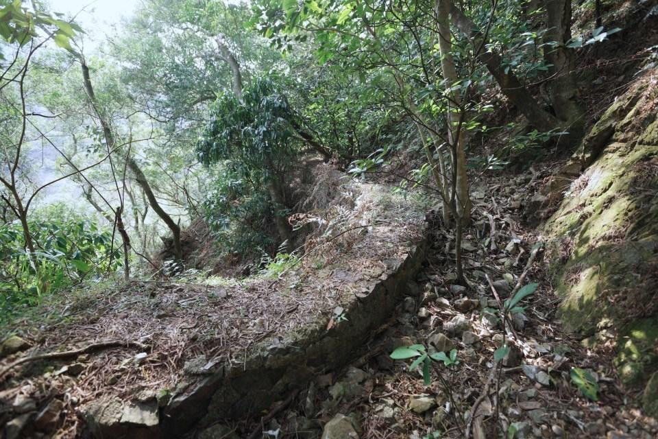礦軌路基和石壆(欄河)。