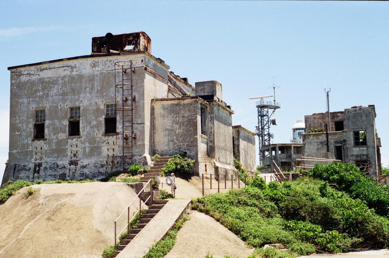發電機房及頂部的「大喇叭」。