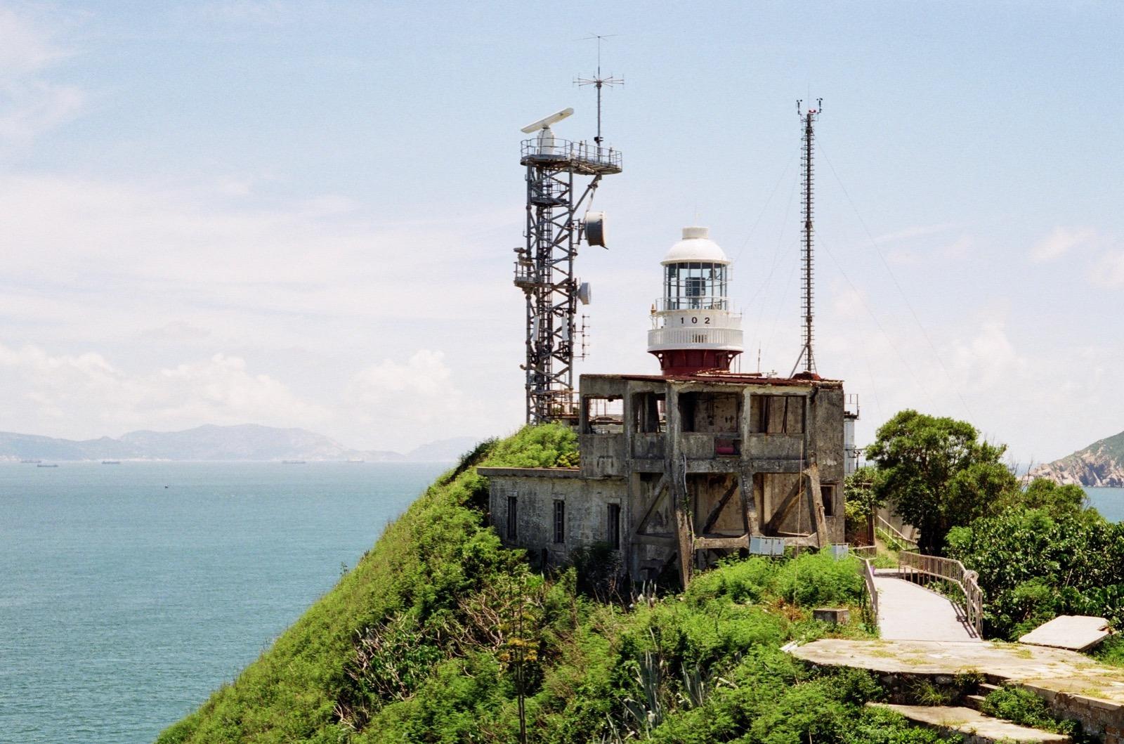 相比北島,南島有燈塔及建築群,也有不少植披。