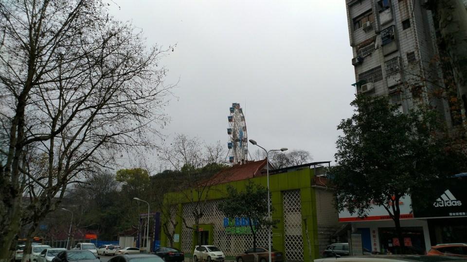 公園山頂除了摩天輪外,是衡陽抗戰紀念城,地底是防空洞改建的鬼屋。