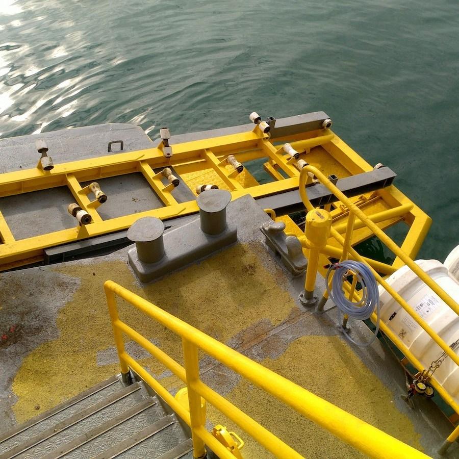 船尾左右推進器上面安放兩艘快速小艇。