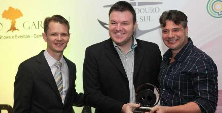 Augusto-Munchen-e-Rodrigo-Escobar-da-Diretoria-da-Acibalc-entregando-o-prêmio-para-Rodrigo-Cacheta-da-Schultz-Massa Title category