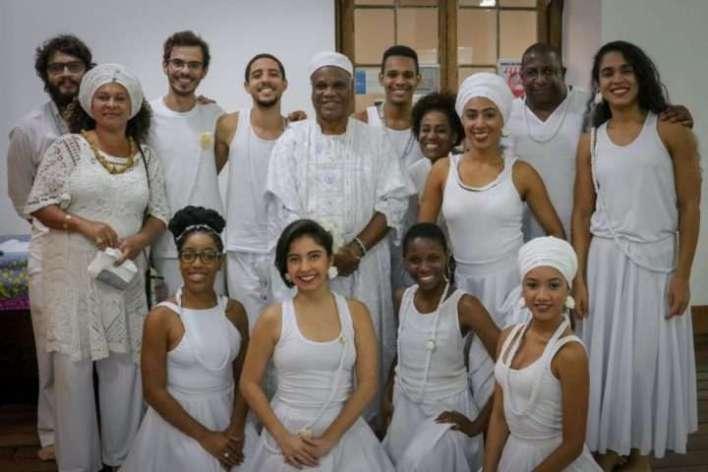 Ivanir-com-grupo-do-projeto-africanidade-na-dança-educação-Pade-UFRJ-Im.001-e1527483246807 Title category