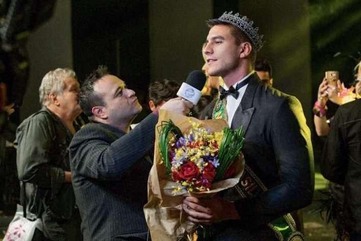 Ricardo-Tofanelo-entrevistando-Mister-Im.001-e1534050452401 Title category