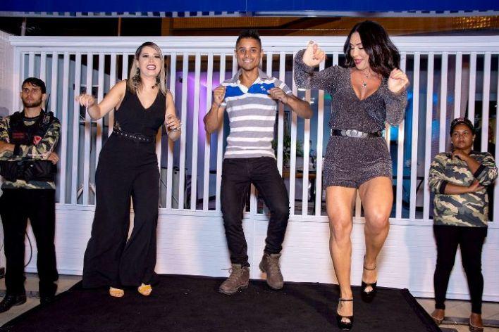 Scheila-Carvalho-dançando-É-oTchan-ao-lado-da-apresentadora-Jaquelline-Cruz-Im.001 Title category