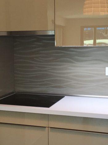 A konyhabútor LL( Illusion ) hátfala különleges hangulatot sugároz a térnek.