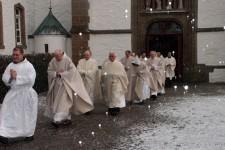 Aus Anlass der von Weihbischof Karl Reger vollzogenen Diakonweihe des heutigen Abtes Josef Vollberg (vorne) im Dezember 2005 kamen zahlreiche Geistliche aus der ganzen Region. Bild: Michael Thalken/Eifeler Presse Agentur/epa