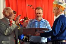 Auf der Sitzung der Köbesse von der Schwätz wurden dem Sprecher der Hilfsgruppe Eifel, Reiner Züll,  2000 Euro überreicht. Bild: Hilfsgruppe Eifel