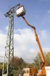 In einer aufwändigen Aktion hat die KEV jetzt die Vogelschutzsicherungen an einem Strommast in Rinnen auf den neusten Stand gebracht. Bild: Tameer Gunnar Eden/Eifeler Presse Agentur/epa