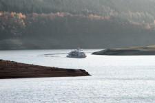 Für die Schifffahrt wurde es im Herbst immer enger; die Landzungen wurden zunehmend breiter. Bild: Michael Thalken/Eifeler Presse Agentur/epa