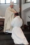Weihbischof Karl Reger weihte Josef Vollberg zum Diakon. Bild: Michael Thalken/Eifeler Presse Agentur/epa