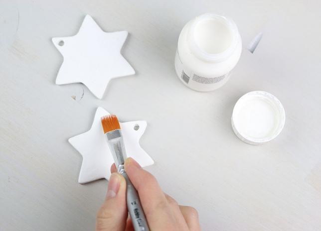 Bestreichen der Sterne mit Anlegemilch für Blattmetall