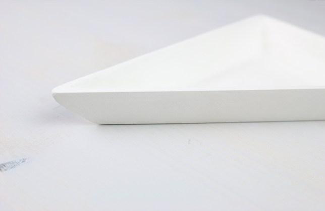 Mit Schleifpapier abgerundete Ecken der Schmuckschale. Das Schützt vor dem Absplittern.