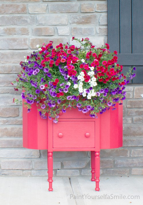 Easy Upcycled Porch Planter from Paint Yourself A Smile >> Totally Terrific Tuesday Feature hosted by Eight Pepperberries
