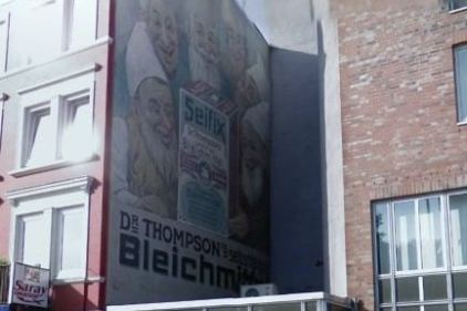 """Die bekannte Wandwerbung von """"Dr. Thompsons selbstständiges Bleichmittel"""" in der Hoheluftchaussee 83 ist nun nicht mehr zu sehen. Quelle: Google Maps"""