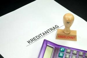 Kreditantrag mit Stempel für Ablehnung