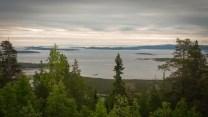 Wir lassen Karelien hinter uns und erreichen das Weiße Meer. Ein herrlicher Panoramablick eröffnet sich uns über die Bucht von Kandalaksha.