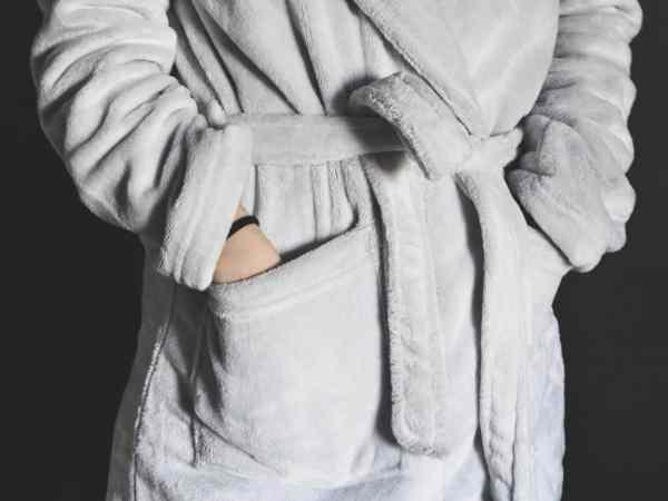 Bademäntel können grundsätzlich in der Größe gekauft werden, die man auch für normale Kleidung braucht. (Bildquelle: pexels.com / Samantha Passuello)