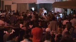 Igreja é interditada por superlotação, apóstolo prega na rua