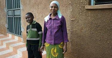 """Criança ganha sapatos de missionários e mãe fica impactada: """"Esse amor não existe no Islã"""""""