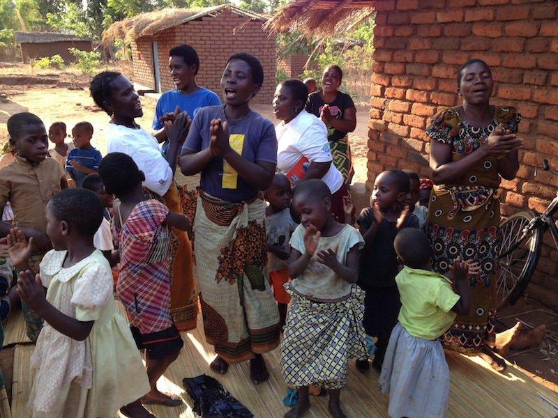 Tribo Maliri durante momento de adoração, no Malawi. (Foto: Divulgação/Missão Mãos Estendidas)