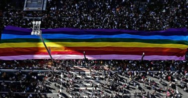 """Parada Gay levanta bandeira contra evangélicos na política: """"Nenhuma religião é lei"""""""