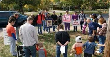 Clínica de aborto fecha após cristã passar 15 anos orando em frente a ela