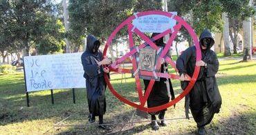 """Pastor promete derrubar monumento a Satanás: """"essência do mal"""""""