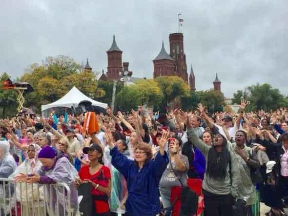 Cristãos em momento de adoração no National Mall, em Washington, nos EUA. (Foto: The Christian Post)