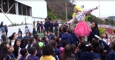 """Drag queen dá """"aula"""" sobre gêneros para crianças em escola"""