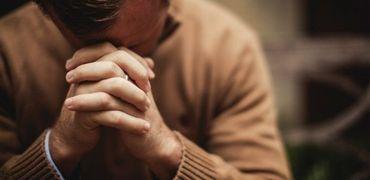Pessoas preferem oração à mídia social em momentos de crise, revela pesquisa