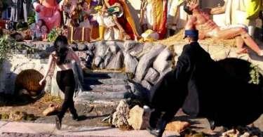 Feminista seminua tenta roubar estátua do 'menino Jesus' de presépio, no Vaticano