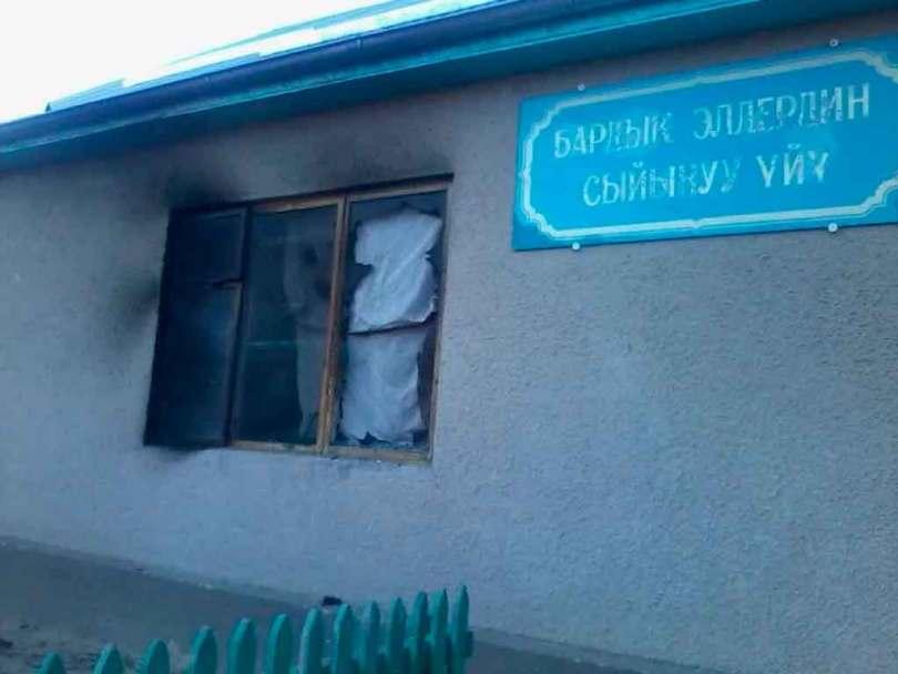 Igreja evangélica é incendiada por radicais islâmicos, no Quirguistão. (Foto: World Watch Monitor)