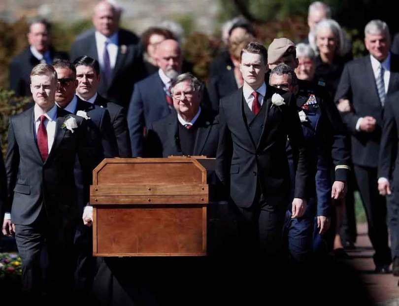 O caixão de Billy Graham foi carregado por sua família até a tenda. (Foto: AP Photo/John Bazemore)