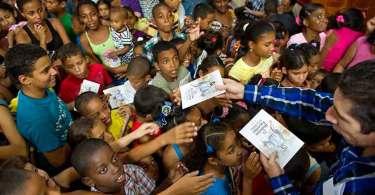 """""""Muitos dividem uma Bíblia entre seis pessoas em Cuba"""", diz missionário"""