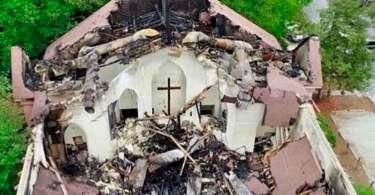 Igreja desaba com incêndio, mas cruz permanece intacta e emociona fiéis