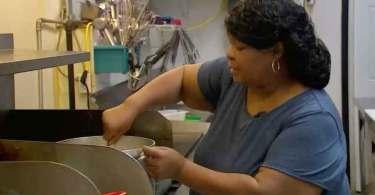 Mulher fecha restaurante uma vez por semana para alimentar moradores de rua