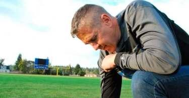 """Escola proíbe treinador de orar antes dos jogos: """"Se você falar com Deus, está demitido"""""""