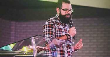 """""""Jesus deixa de ser suficiente quando adicionamos coisas ao Evangelho"""", diz pastor"""
