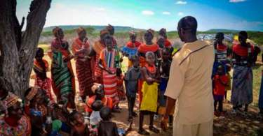 Missionários resgatam crianças deficientes que seriam devoradas por animais