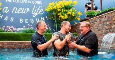 """""""O batismo não salva você, mas mostra ao mundo que você foi salvo"""", diz Rick Warren"""