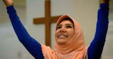 Muçulmana se entrega a Jesus após encontrar igreja que viu em sonho