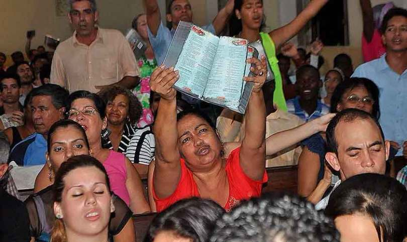 Os cristãos de Cuba seguram suas Bíblias como pedaços de ouro, conta missionário
