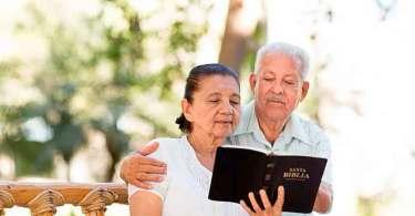 Casal de idosos é ameaçado de ser despejado por promover estudos bíblicos, nos EUA